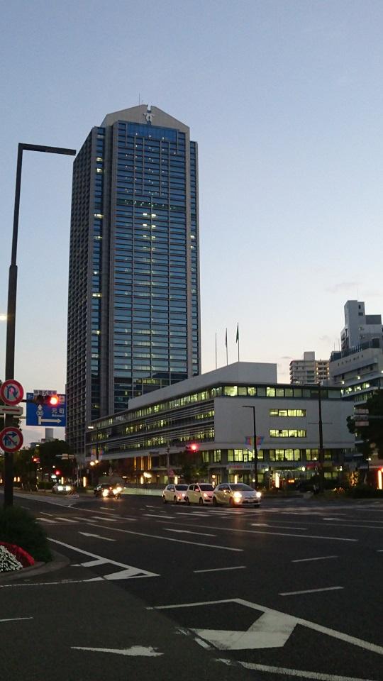 神戸市役所1号館(奥)・2号館(手前)。2号館は当初8階建てが、震災で6階部分が倒壊。修繕し現在は5階建てとして使用している