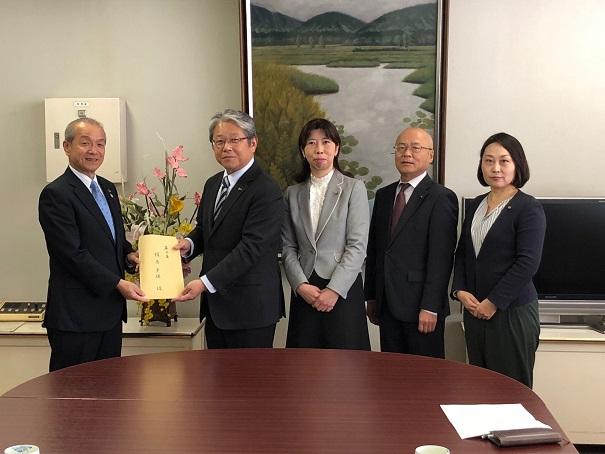 予算要望書を市長(左)に手渡す日本共産党市議団(左2人目から、鈴木市議、山脇市議、梶原市議、宮下市議)