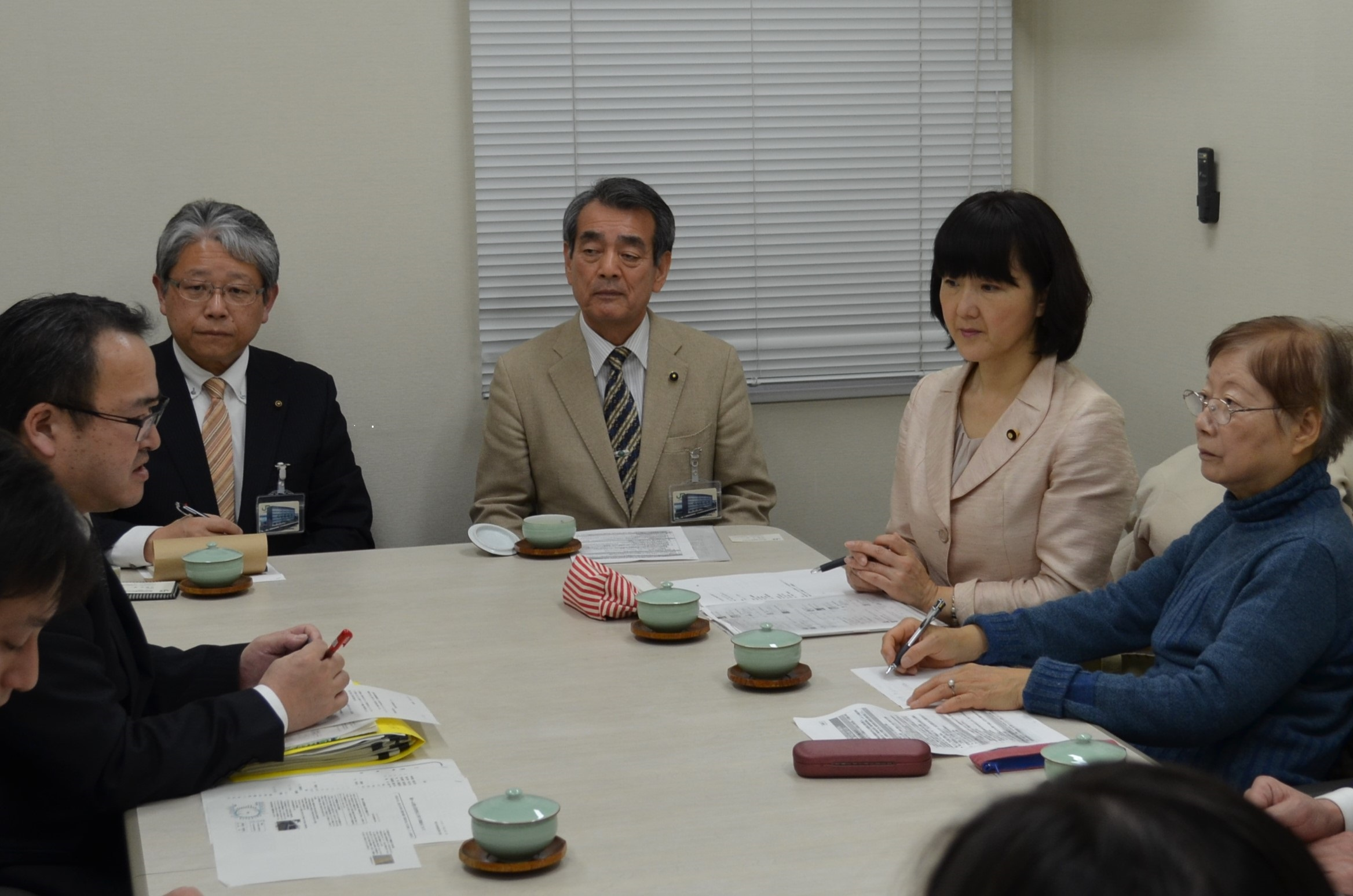 JRに申し入れを行う梅村衆議院議員(右から2人目)と鈴木市議(右から4人目)