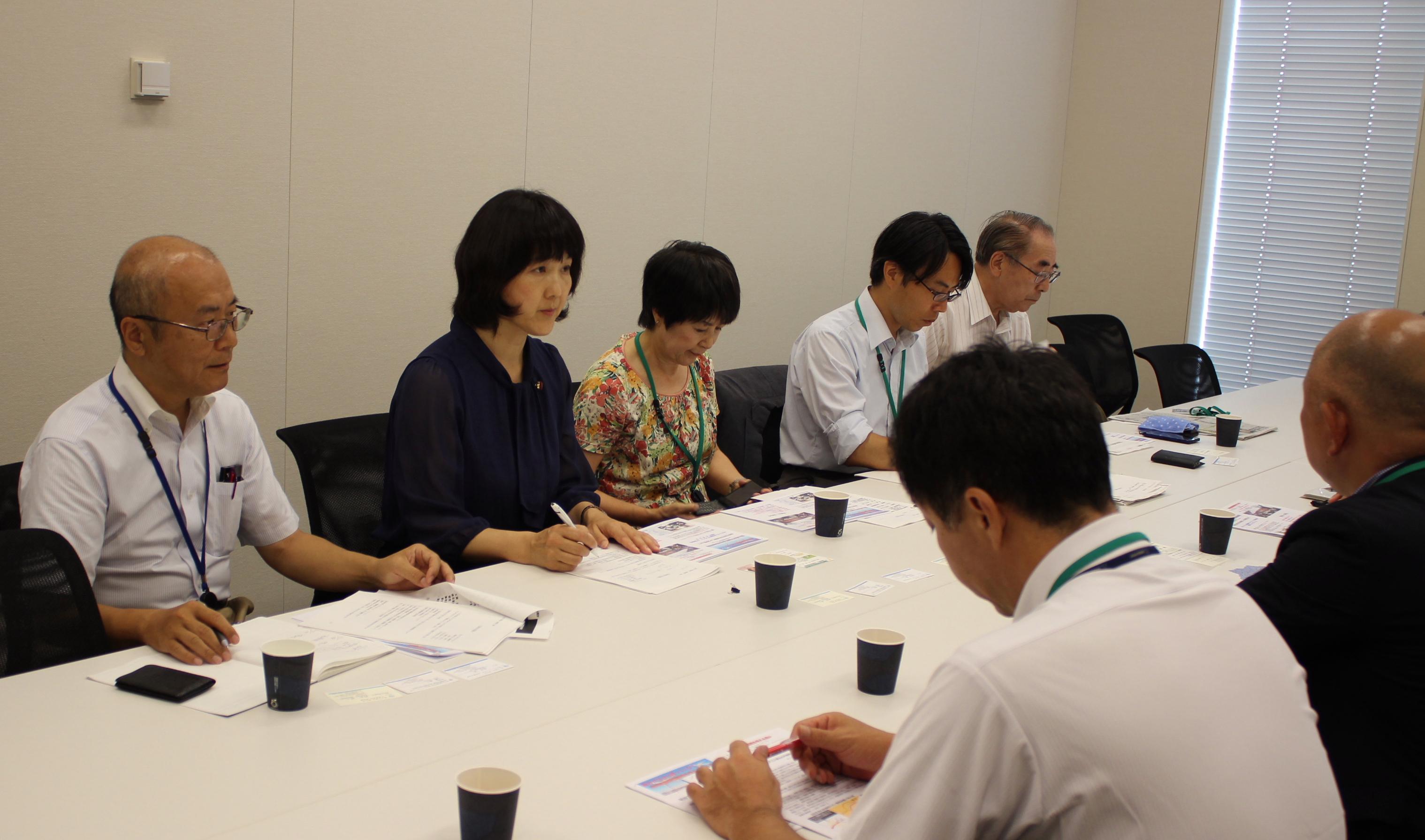 国土交通省航空局の担当から説明をうける梶原市議(左)と梅村議員(左から2人目)