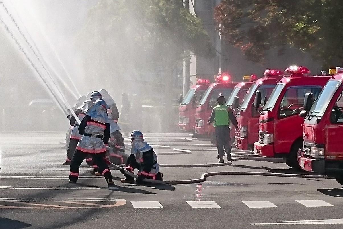 放水試験を行う消防団=12日