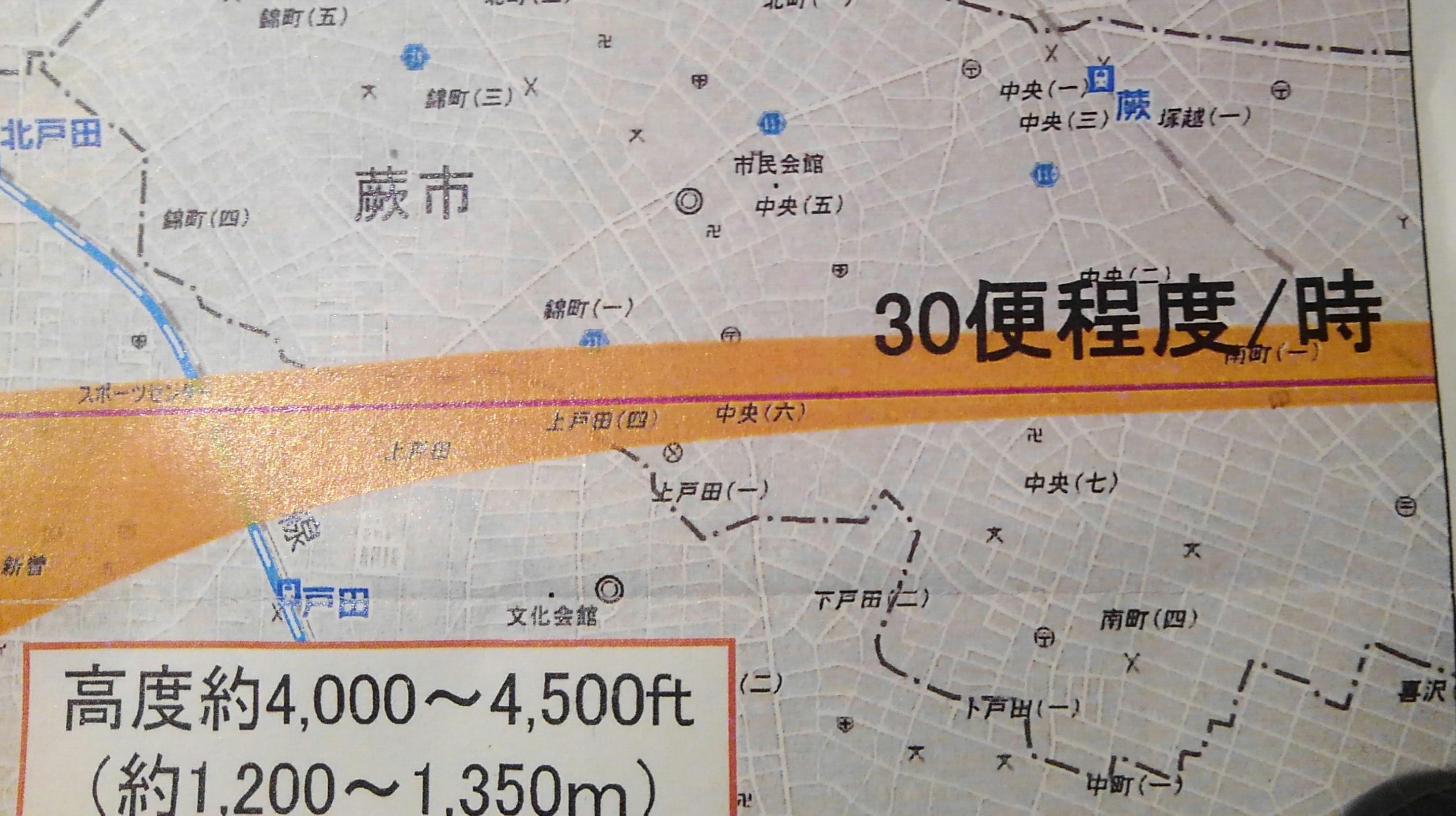 国交省が住民説明用に配布している「飛行経路(案)」。帯の部分を右から左へと飛ぶ
