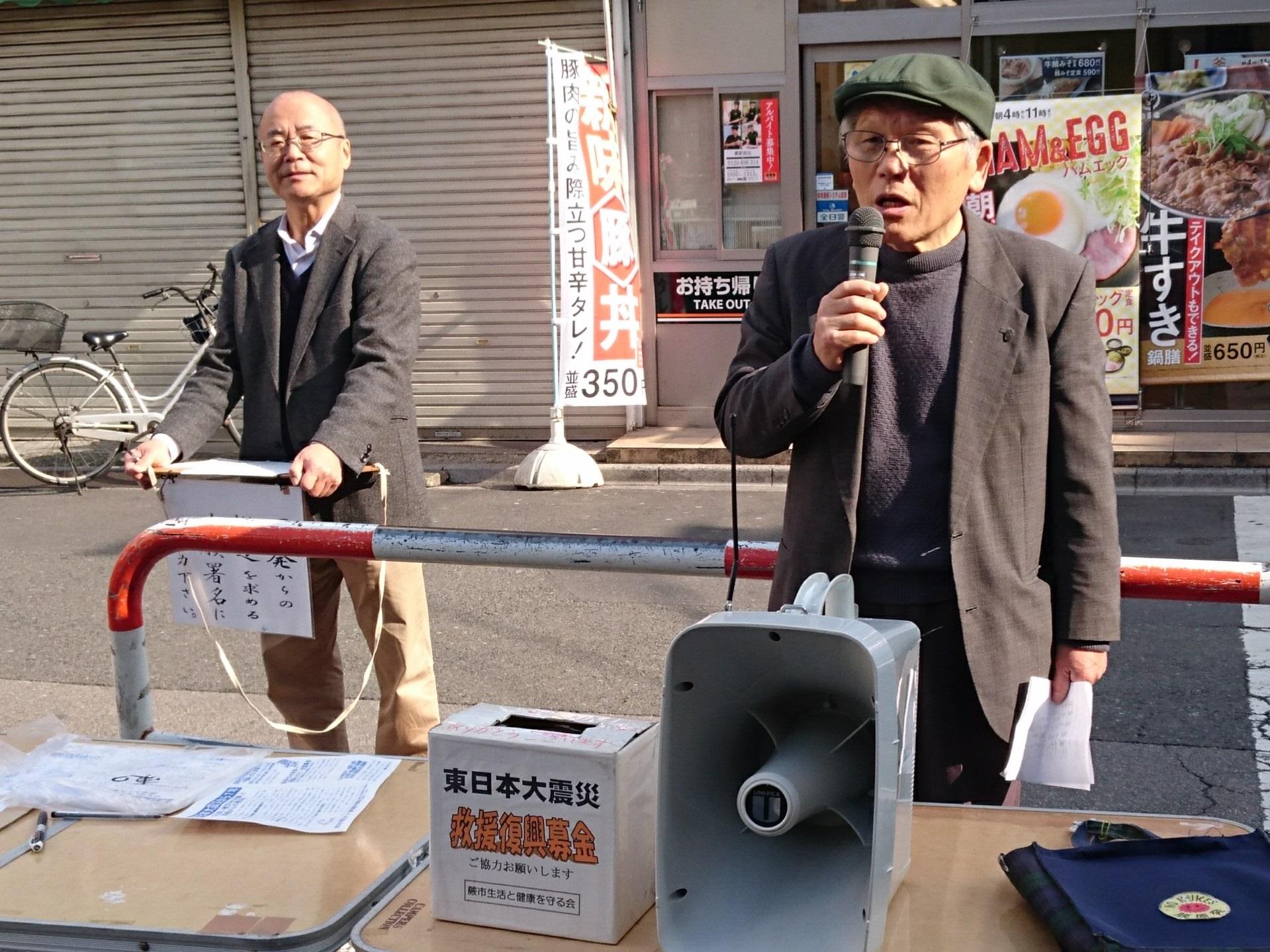 蕨駅東口で訴える浅名蕨市生健会会長(右)と梶原市議(左)