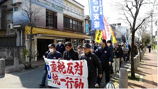 税務署へむけてデモ行進をする参加者
