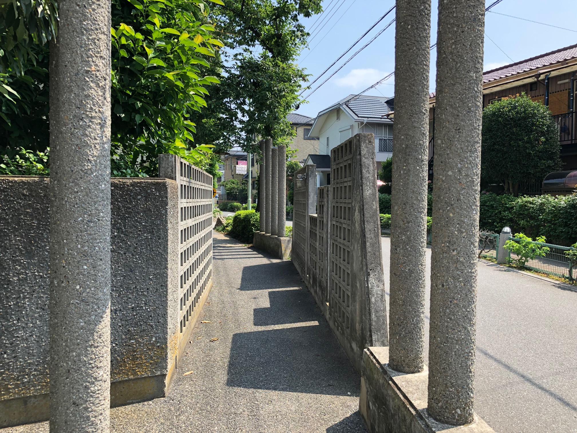 調査から疑いがあるとされた中央小学校のブロック塀