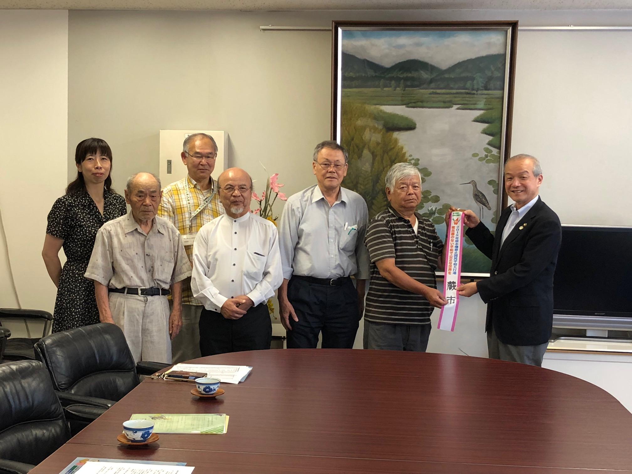 頼高市長から世界大会代表にペナントを手渡す