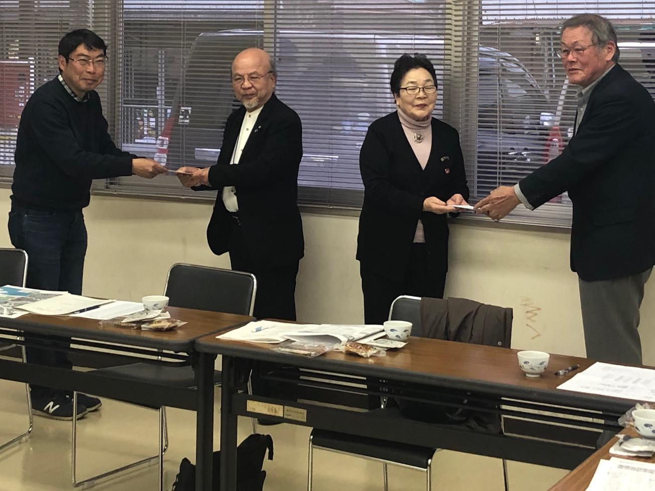 被爆者に募金を手渡す(写真左から佐藤理事、高橋氏、木内氏、杉本会長)