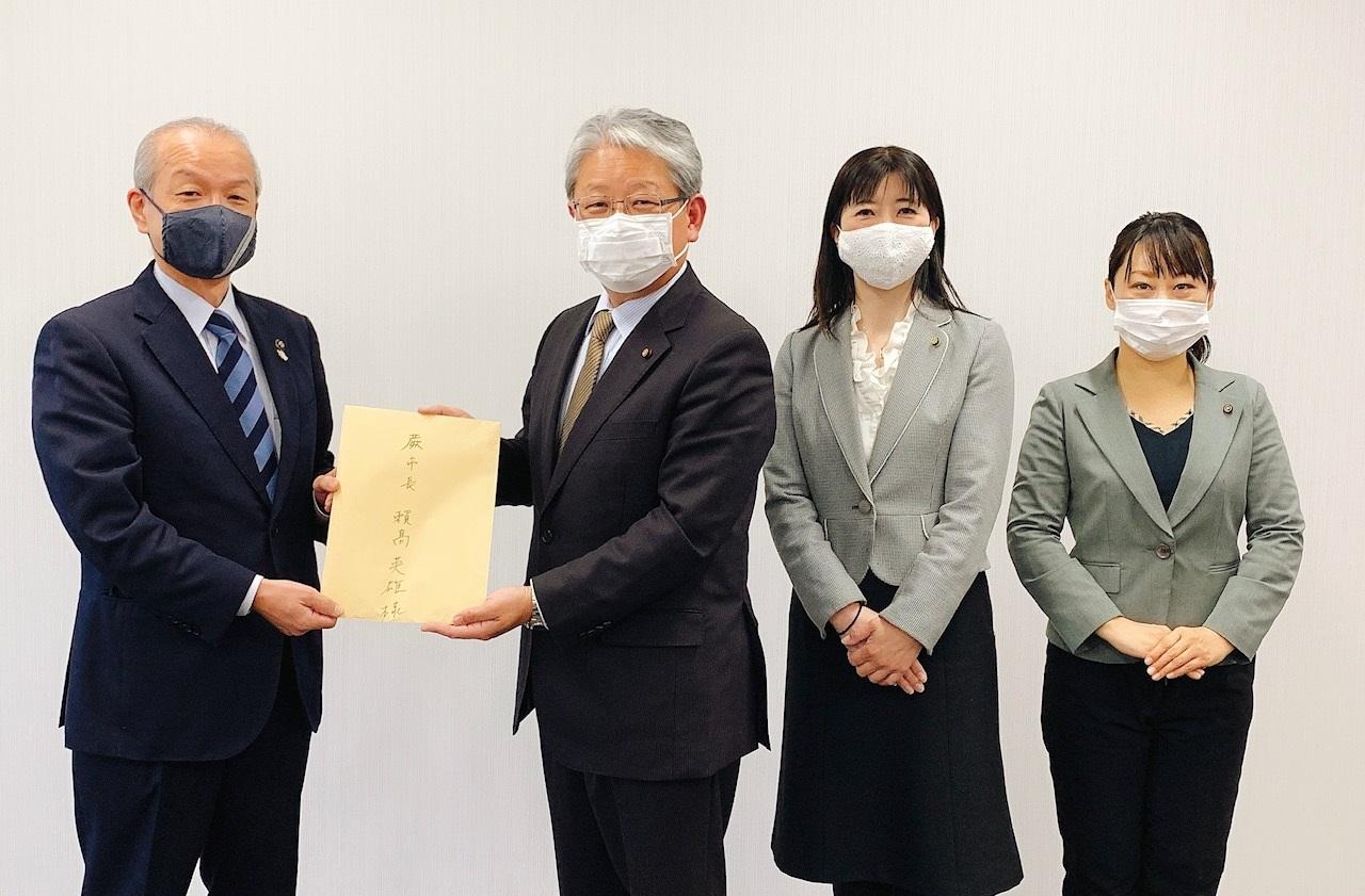 頼高市長(左)い要望書を手渡す日本共産党蕨市議団