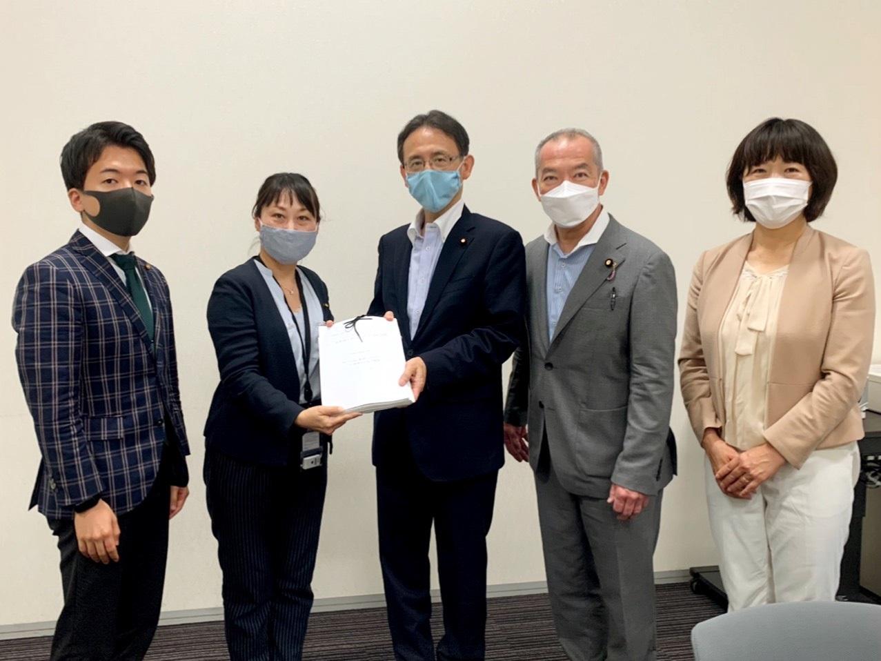 国会請願署名を手渡す(写真左から、武下・宮下・塩川・伊藤・梅村各氏)