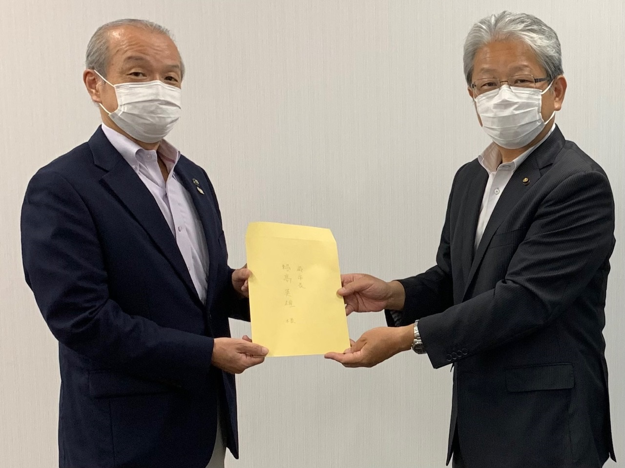 頼高英雄市長(左)に要望書を手渡す日本共産党蕨市議団(右:鈴木市議団長)