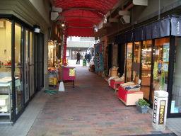 四番町スクエア あえて路地をつくり、対面式で商店を配置する工夫も